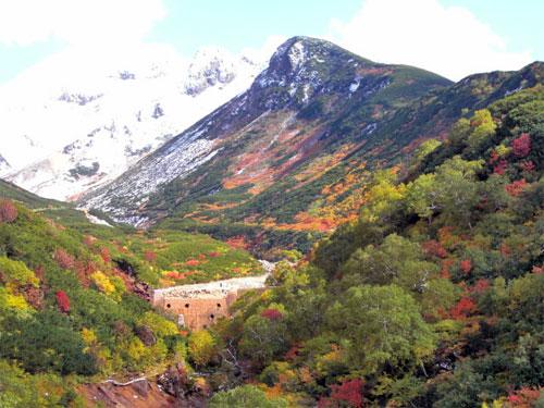 十勝岳の紅葉と雪